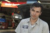 Mecánico por el capó abierto coche — Foto de Stock