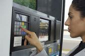Mujer presionando los botones en la bomba de combustible — Foto de Stock
