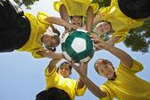 Graczy posiadających piłka nożna piłka nożna — Zdjęcie stockowe