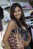 Mujer con bolso de tienda de ropa — Foto de Stock