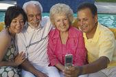 Familia tomando autorretrato — Foto de Stock
