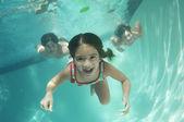 Retratos de niños preadolescentes nadar bajo el agua — Foto de Stock