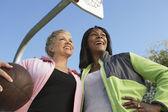 Mujeres en la cancha de básquet al aire libre — Foto de Stock