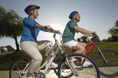 Freunde, die mit dem fahrrad — Stockfoto