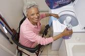 Senior woman wäsche zu hause deaktiviert — Stockfoto