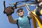 若い男性のライディング自転車 — ストック写真