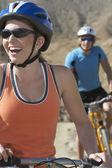 Giovane coppia in bicicletta in montagna — Foto Stock