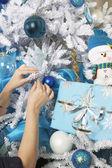 Handen kerstboom versieren — Stockfoto