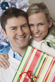Par hålla nuvarande av julgran — Stockfoto