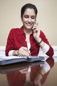 žena na volání, psaní poznámek — Stock fotografie