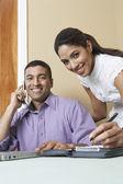 Empresário e a mulher que trabalha no escritório — Fotografia Stock