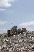 Graafmachine op dumping van grond — Stockfoto