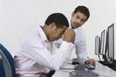 Dwóch biznesmenów na biurku przed komputerem — Zdjęcie stockowe