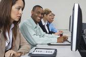 Företag som använder datorer i klassrummet — Stockfoto