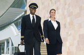 Pilot And Flight Attendant Walking Outside Building — Stock Photo