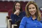 Vrouwelijke leidinggevenden in zakelijke hoorcollege — Stockfoto