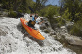 Hombre en kayak sobre el río de la montaña — Foto de Stock