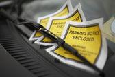 Multas por mal estacionamiento debajo de limpiaparabrisas — Foto de Stock