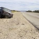 auto abbandonata sul ciglio della strada — Foto Stock