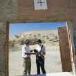 Instructor Assisting Woman At Firing Range In Desert — Stockfoto