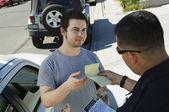 Polizist hält sich ticket — Stockfoto