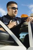 Policjant za pomocą radiotelefonów — Zdjęcie stockowe