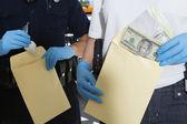 Agenti di polizia con buste di prova — Foto Stock