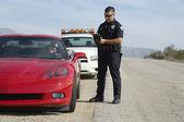 Policjant ruchu drogowego przez samochód sportowy — Zdjęcie stockowe