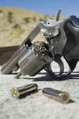 Kugeln neben waffe — Stockfoto