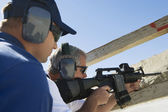Instructor With Man Aiming Machine Gun — Stock Photo