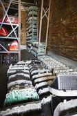 Oude auto-onderdelen in autokerkhof — Stockfoto