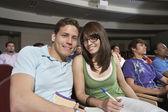 Glückliche freunde im klassenzimmer — Stockfoto