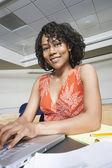 молодая студентка с помощью ноутбука — Стоковое фото