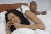 Hombre mirando una mujer llorando en la cama — Foto de Stock