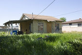 Abandoned House With Overgrown Yard — Stock Photo