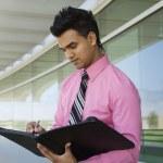 homme d'affaires, écrivant dans un planificateur — Photo