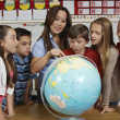 Teacher Explaining Globe To Students — Stock Photo