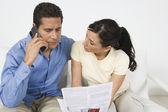Paar betalende bill op telefoon — Stockfoto