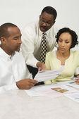 Consulente finanziario, spiegando i piani a coppia — Foto Stock