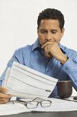 Documento di lettura uomo d'affari in ufficio — Foto Stock