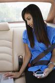 Geschäftsfrau, die mit laptop im auto — Stockfoto
