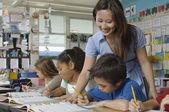 Yardımcı öğretmen öğrenci — Stok fotoğraf