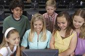教师和儿童使用的计算机 — 图库照片