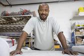 Mužské architekt s plán na pracovišti — Stock fotografie