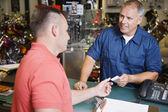 Client d'effectuer le paiement dans le magasin de motos — Photo