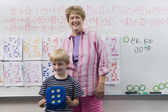 Enseignant et petit garçon devant la classe — Photo