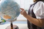 Küçük kız için globe işaret — Stok fotoğraf