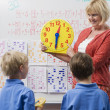 Teacher Teaching Kids To Tell Time — Stock Photo