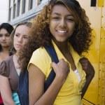 dospívající dívky na školní autobus — Stock fotografie #21831843