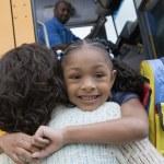 abbracciando madre ragazza felice — Foto Stock